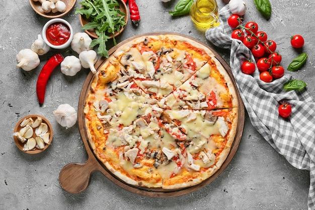 Tafel mit leckerer pizza auf grauem hintergrund