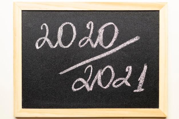 Tafel mit text 2020/2021 im holzrahmen. zurück in die schule und neues schuljahreskonzept.