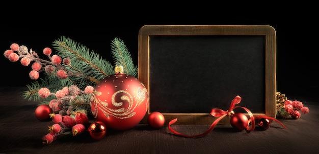 Tafel mit textraum und weihnachtsdekorationen auf schwarzem