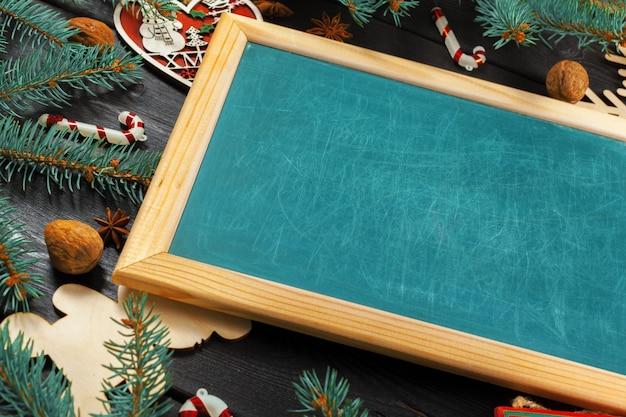 Tafel mit weihnachtsdekoration