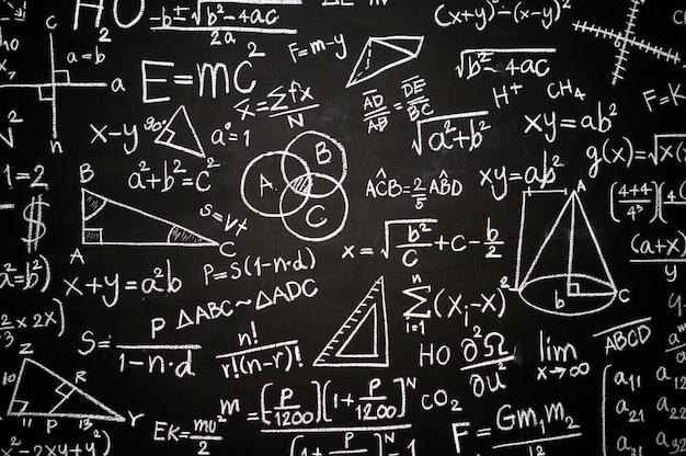Tafel mit wissenschaftlichen formeln und berechnungen beschriftet