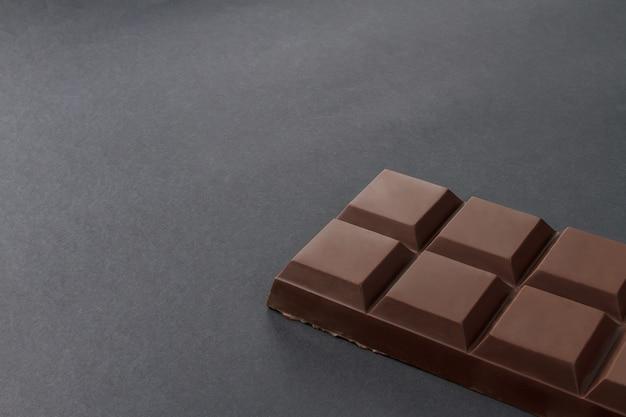 Tafel schokolade auf schwarzem hintergrund