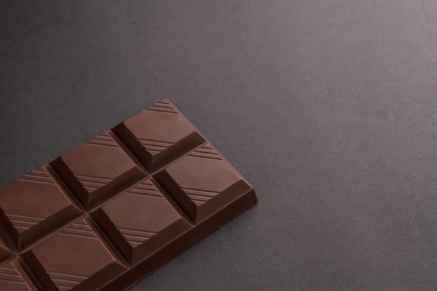 Tafel schokolade mit textfreiraum auf schwarzem hintergrund