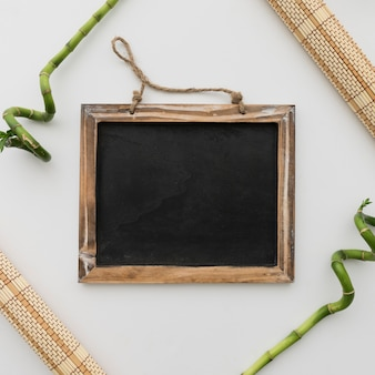 Tafel umrahmt von tischläufern und bambus