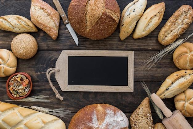 Tafel und bäckerei auf dem tisch