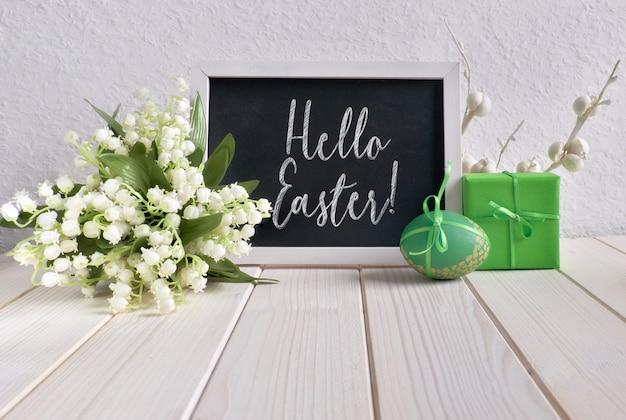 Tafel verziert mit keramikhenne, eiern und maiglöckchenblumen
