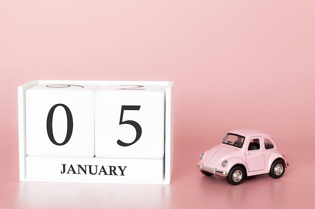 Tag 5 des januar-monats, kalender auf einem rosa hintergrund mit retro- auto.
