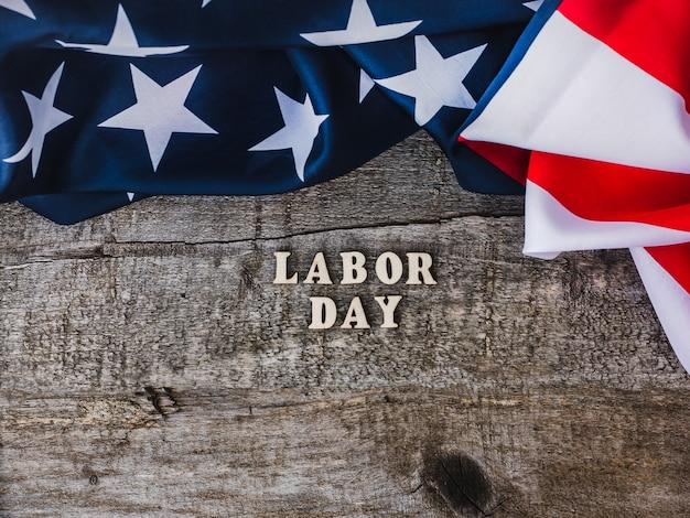 Tag der arbeit. amerikanische flagge und holzbuchstaben
