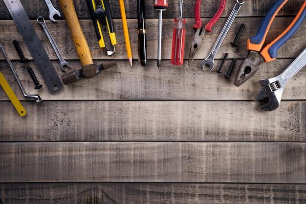 Tag der arbeit, viele handliche werkzeuge auf holz