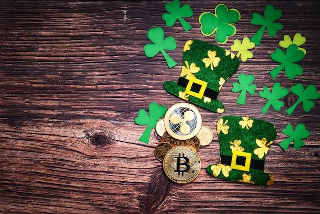 Tag st. patricks, goldene münzen, festlicher hut und grüne shamrocks auf hölzernem