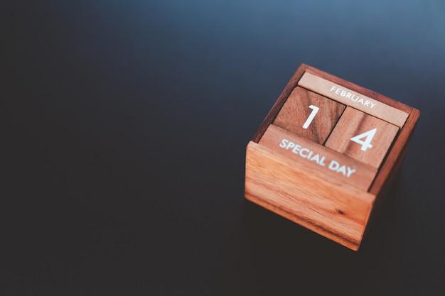Tag und monat des besonderen tages des jahres werden in den holzwürfelkalender eingetragen