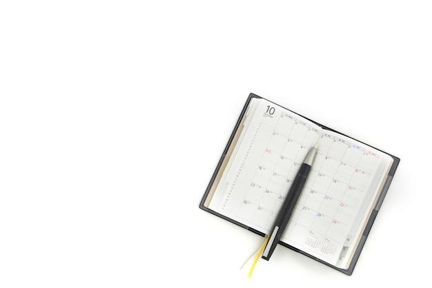 Tagebuch mit füllfederhalter auf weißem hintergrund.