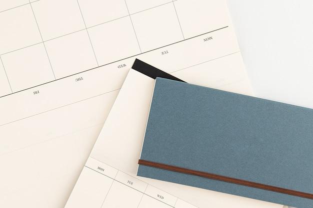 Tagebuch mit weißem hintergrund und bleistift
