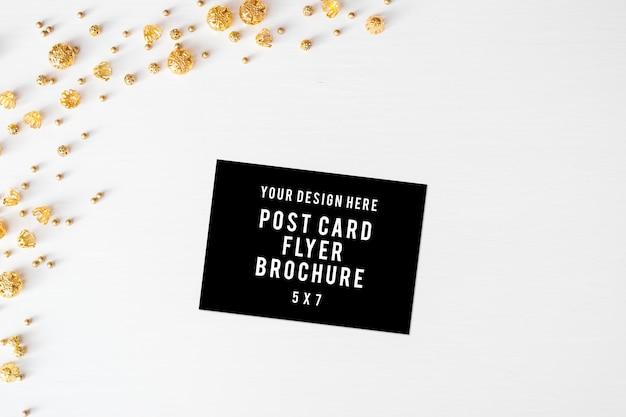 Tagebuch-postkarte-flieger weihnachtszusammensetzungsbälle, auf weißem hintergrund. flach legen