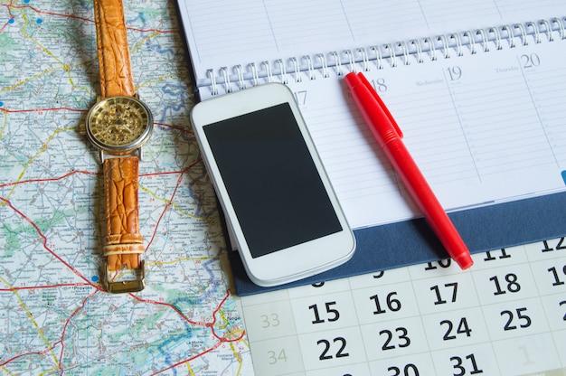 Tagebuch und ein kalender mit stunden, karte