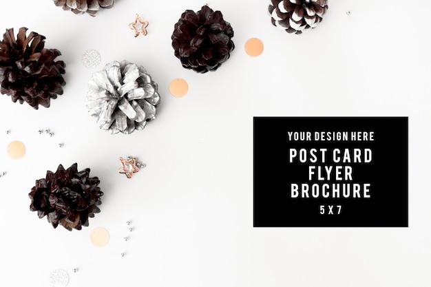Tagebuchfliegerpostkartespott oben für bunte dekorationen der weihnachtskegel auf weiß. flache laien draufsicht.