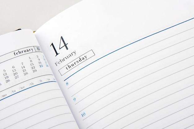 Tagebuchseite zum valentinstag geöffnet