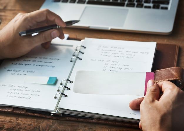 Tagesordnung-schreibens-notizbuch-arbeitsplatz-konzept