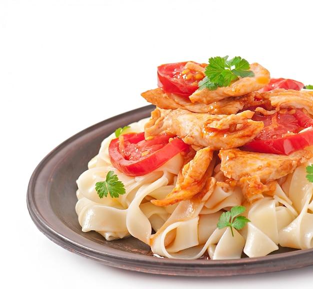 Tagliatelle pasta mit tomaten und hähnchen