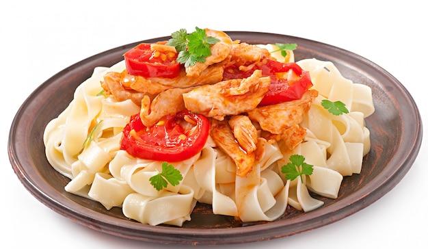 Tagliatelle pasta mit tomaten und hühnchen