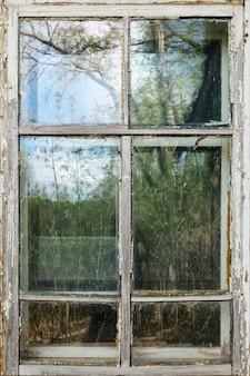 Tagsüber alter weißer holzfensterrahmen