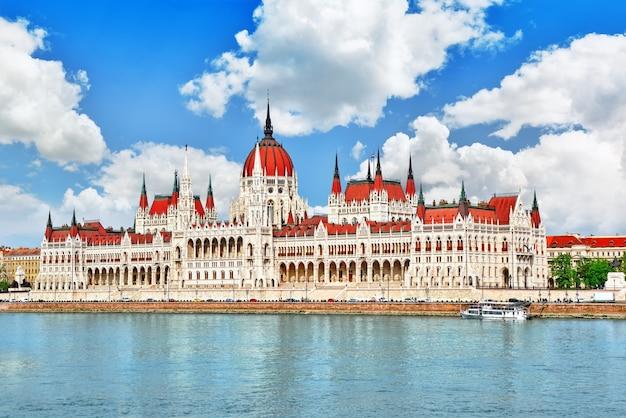 Tagsüber das ungarische parlament. budapest. blick vom donauufer. hangary