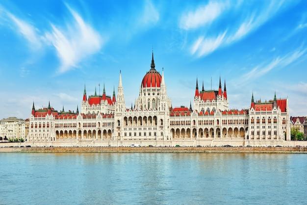 Tagsüber das ungarische parlament. budapest. blick vom donauufer.ungarn