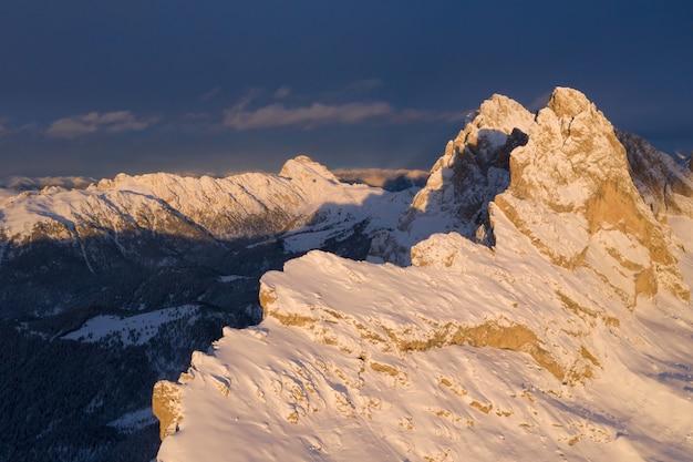 Tagsüber eingefangene schneebedeckte gipfel der klippen
