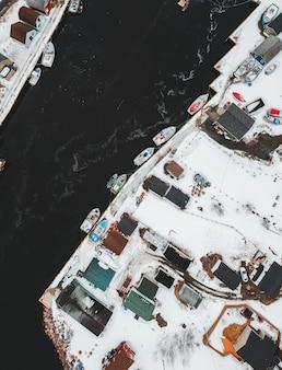 Tagsüber schneebedeckter pier