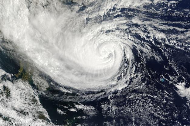 Taifun über dem planeten erde. elemente dieses bildes von der nasa geliefert