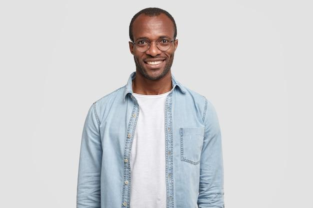 Taille hoch schuss von gutaussehenden selbstbewussten fröhlichen männlichen unternehmer hat ein breites lächeln