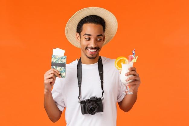 Taille-porträt zufrieden afroamerikaner-mann in weißem t-shirt und hut, mit wunsch schauend