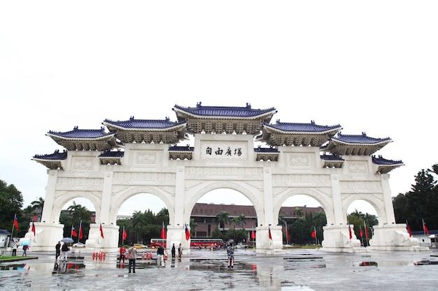 Taipeh, taiwan - 12. oktober 2018: das haupttor der chiang kai shek memorial hall (national taiwan democracy memorial hall) in regnerischen tag taipeh, taiwan.