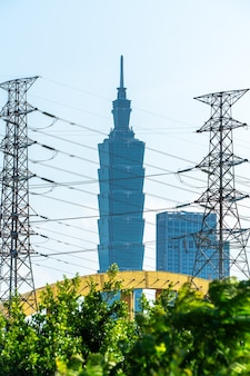 Taipeh, taiwan - 4. oktober 2020: skyline der stadt taipeh am fluss mit taipei 101 tower