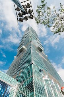 Taipei 101 gebäude mit baumzweigen und gebäudelichtpfosten