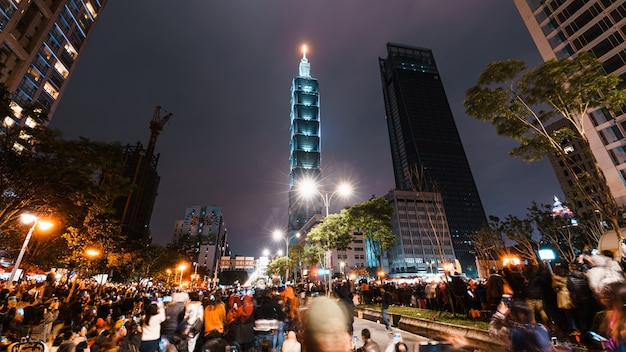 Taipei city night landschaft und taipei 101 wolkenkratzer vor feuerwerk beleuchtet.