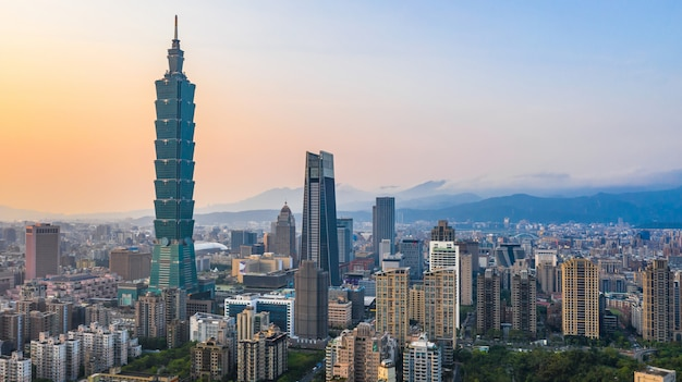 Taiwan-stadtskyline bei sonnenuntergang, der schöne sonnenuntergang von taipeh, luftbild taiwan-stadtskyline.