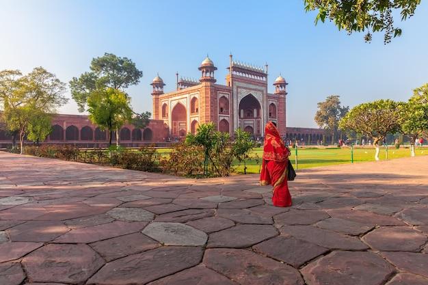 Taj mahal east gate und eine inderin, indien, agra.