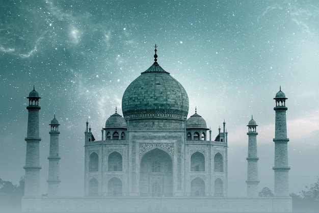 Taj mahal india, nächtlicher himmel mit sternen und nebel über taj mahal in agra