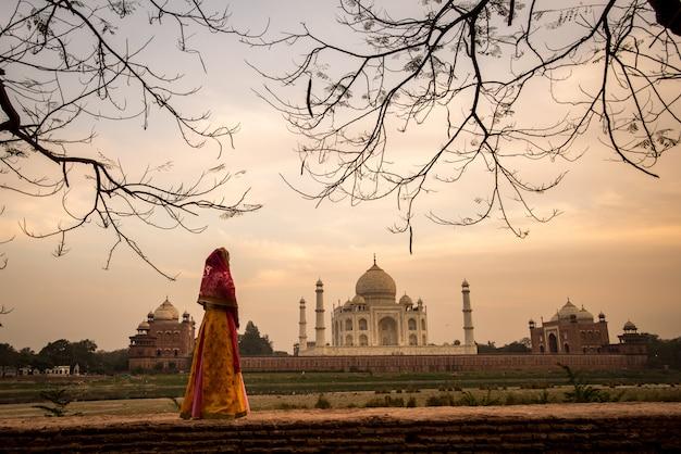 Taj mahal scenic die morgenansicht des taj mahal monuments. eine unesco-welterbestätte in agra, indien.