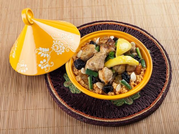 Tajine, marokkanisches hähnchen mit zitronen-confit
