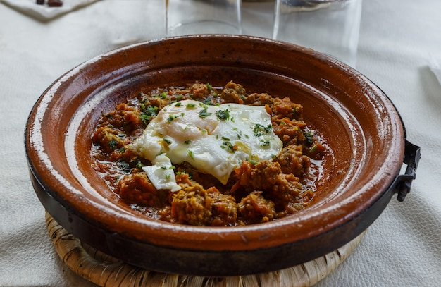 Tajine mit ei und fleisch, marokko
