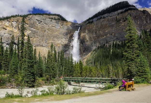 Takakkaw falls wasserfall im yoho nationalpark, britisch-kolumbien, kanada