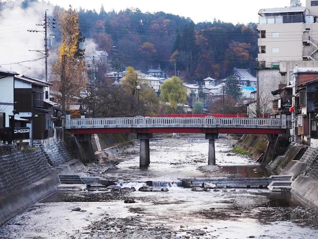 Takayama-stadt und miyagawa-fluss mit brücken in japan-herbst.