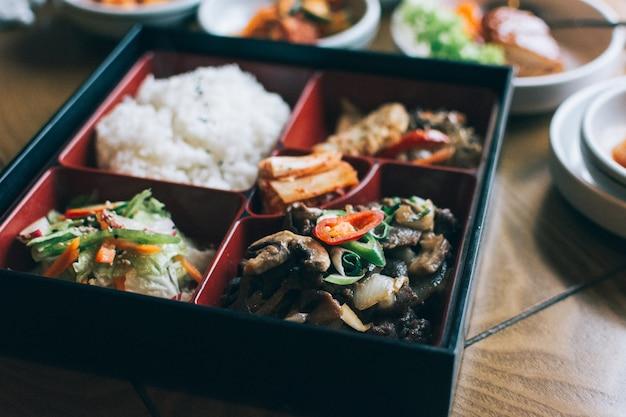 Take away box mit verschiedenen koreanischen speisen