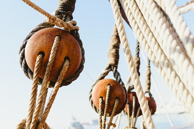 Takelung und seile auf einem alten segelschiff, um im sommer zu segeln.