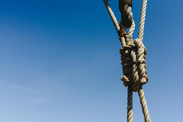 Takelung und seile auf einem alten segelschiff, zum im sommer zu segeln.