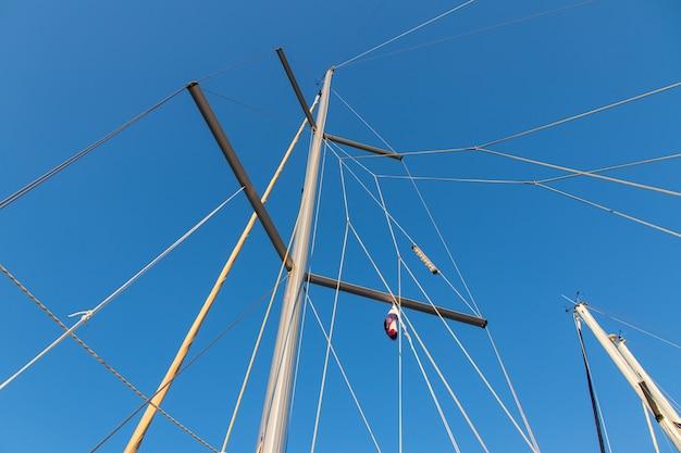 Takelungsmast und fallen eines segelboots unter einem schönen blauen himmel