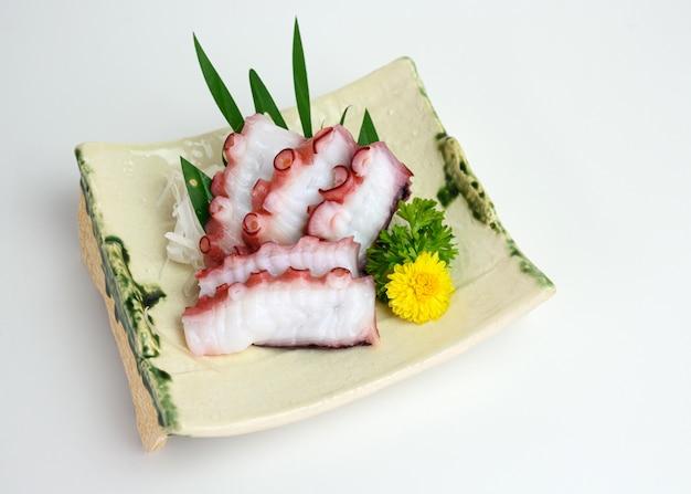 Tako-tintenfischscheiben japanisches essen auf keramikplatte