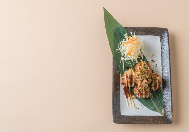 Takoyaki-ballknödel oder octopus-bällchen - japanischer essensstil